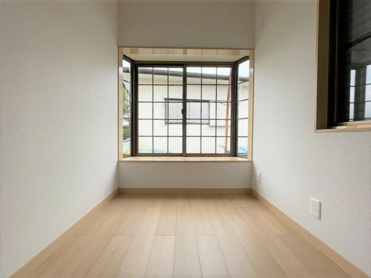 洋室 大きな窓から陽ざしが差し込み、爽やかな室内空間を演出します。