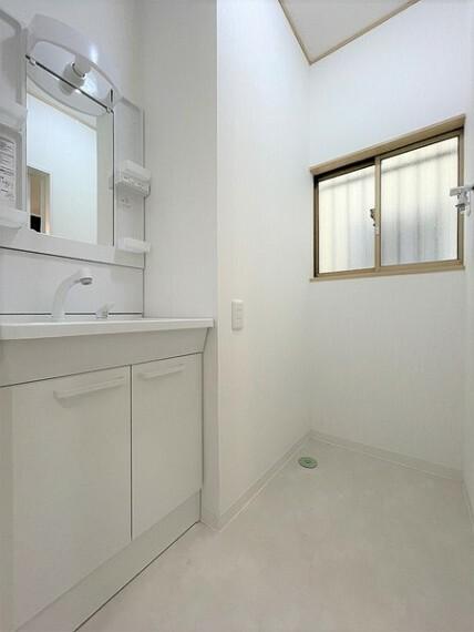 洗面化粧台 無駄のない、使いやすいスマートデザインの洗面室ですね。