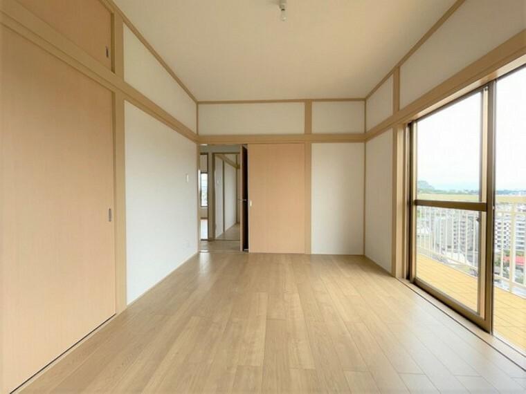 洋室 爽やかな風が吹き込むお部屋です。 しっかりとした収納スペースがあります。