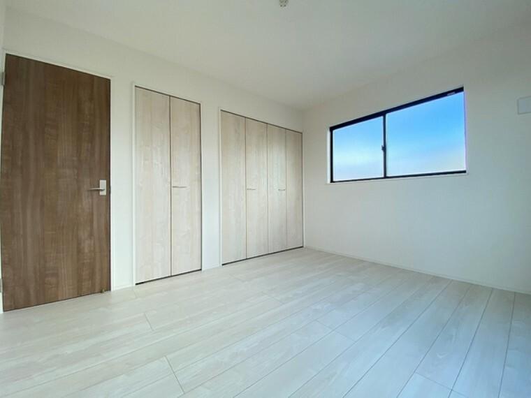 洋室 大きなクローゼットがある、明るい室内