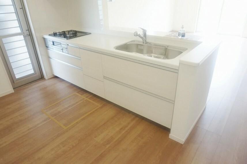キッチン リビングが一望できるオープンキッチンはお子様の様子を見守りながら料理ができる安心設計です。