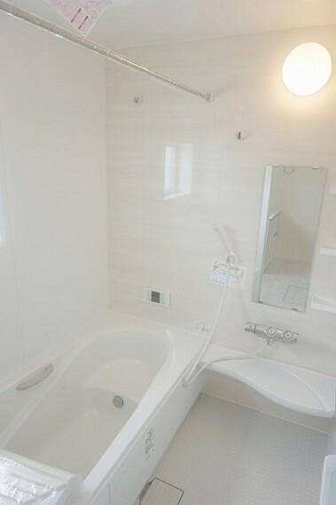 浴室 足をのばしてゆったりとおくつろぎいただけるタイプの浴室になります。窓が装備されており、湿気もたまりにくくしています。