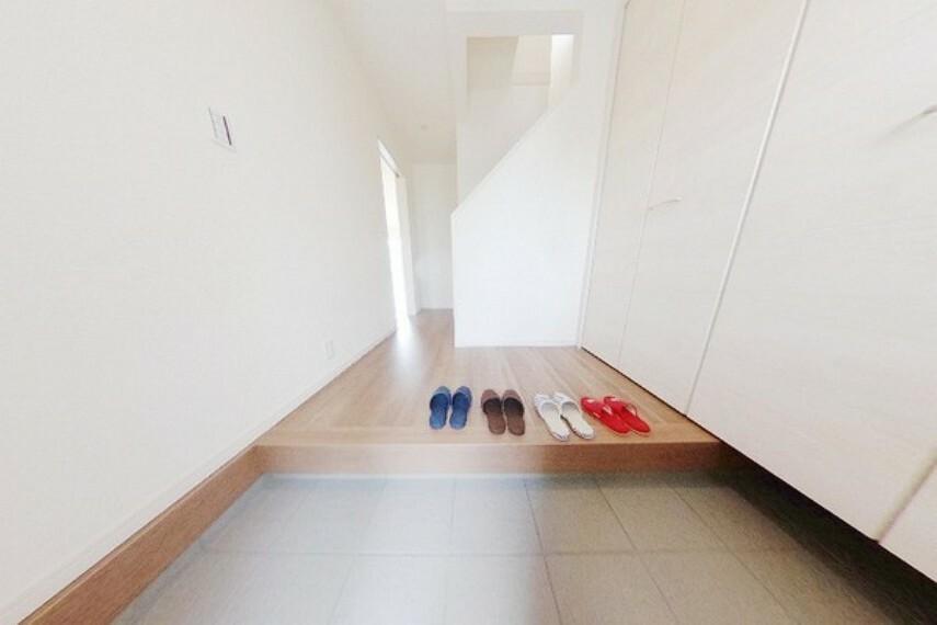 玄関 下駄箱は幅広で収納力たっぷり。家族の靴をきれいに片づけられます。