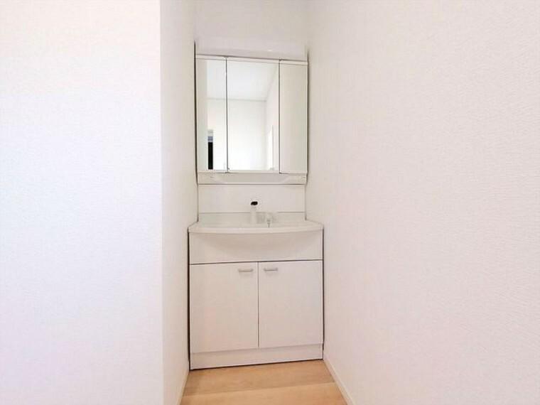 浴室 清潔なパウダールームは身だしなみチェックや肌のお手入れに最適です。収納もあり、スッキリと見映えの良い空間にこしらえました。時間に余裕とゆとりを持たせます。 ■昭島市田中町1 新築一戸建て■