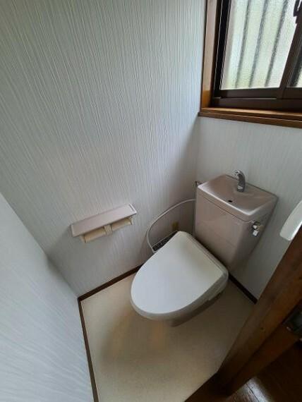 トイレ ホワイトで清潔感のある色合いですね