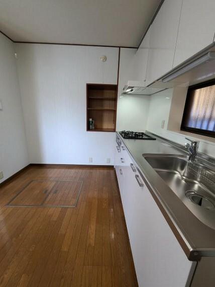 ダイニングキッチン 壁付のキッチンは家具の配置がしやすい!