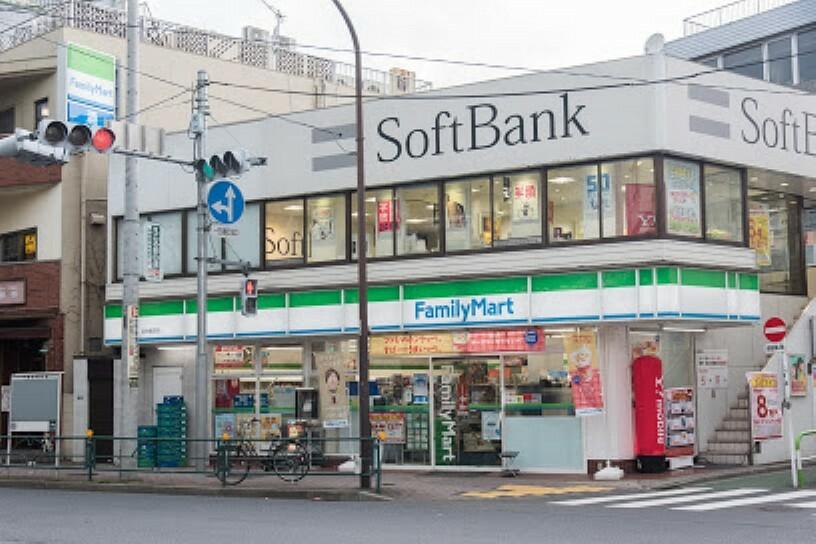 コンビニ 【コンビニエンスストア】ファミリーマート 目白駅前店まで556m