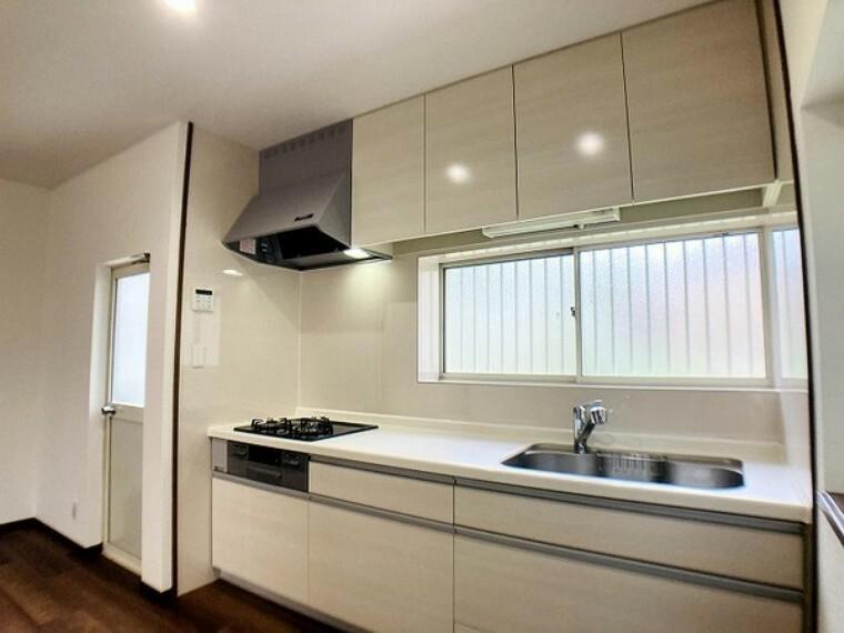 キッチン 窓があり明るいキッチン