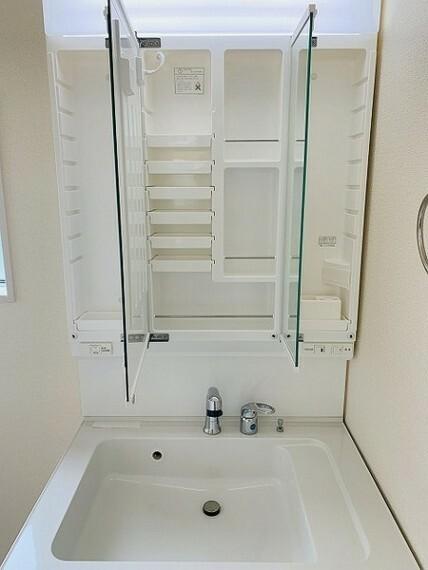 洗面化粧台 洗面・女性に嬉しい3面鏡化粧台です。鏡の裏が収納スペースになっており小型のドライヤーや化粧品等収納力もたっぷりございます。
