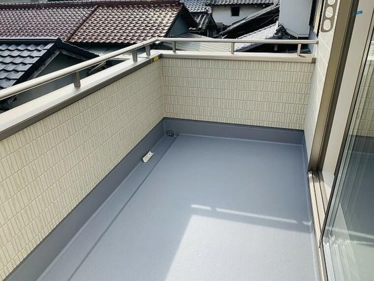バルコニー 2階バルコニー・南向きで日当たりも良いバルコニーで洗濯物も良く乾きそうですね。