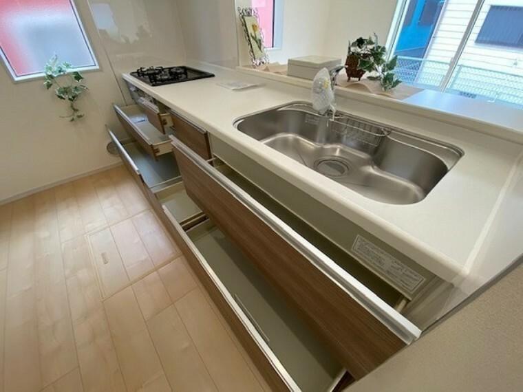 キッチン お掃除もしやすい素材のシンクに浄水器付き