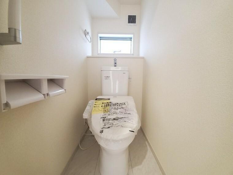 トイレ 小窓がついているので風通り良好!収納付き