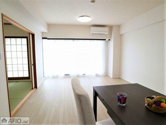 居間・リビング 大きな窓から明るい陽射しが入ります。