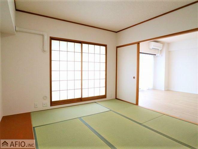 リビング隣の和室は、小さなお子様がいるご家庭や、急な来客時など便利です!