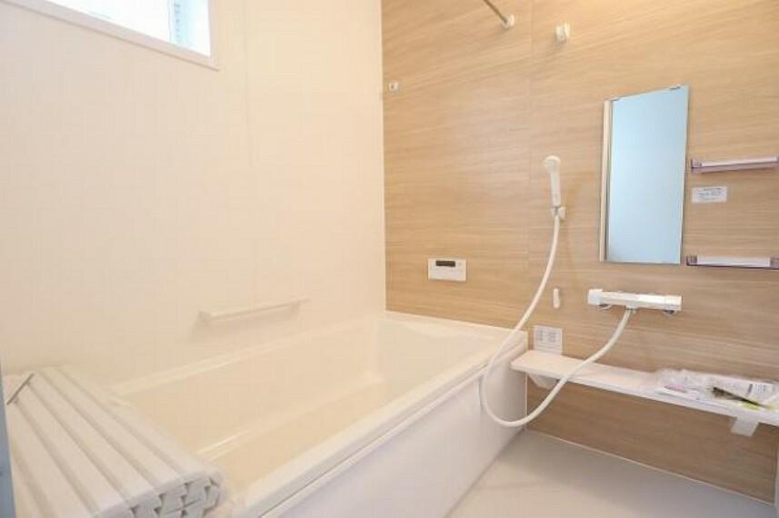 同仕様写真(内観) \同仕様写真/浴室には隠れた節水機能が充実!シャワーにはたくさんの空気を含んだ大粒の水は節水効果大!浴槽内にはステップがあり、出入り時の負担も軽減するスリムな形を採用