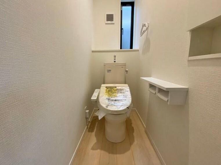 トイレ オート開閉のフタなので、手を触れず清潔・快適なトイレです!