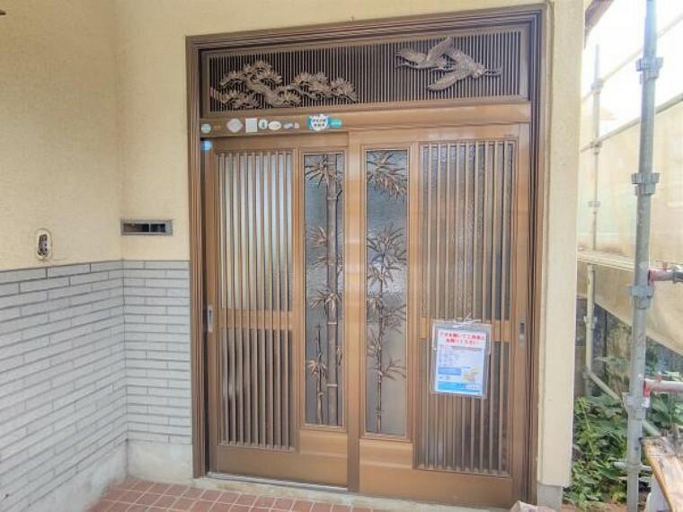 玄関 【リフォーム中】玄関ドア・照明の交換、モニター付きインターホンの新設を予定しております。玄関はお家の顔となる部分。お客様が最初に目にする場所だからこそ、第一印象が大切ですね。