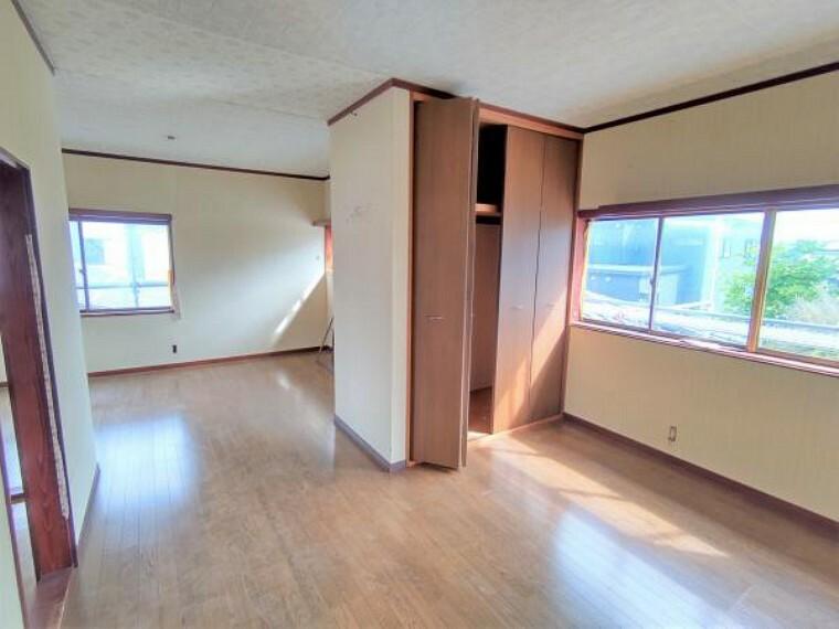 【リフォーム中】2階東側の洋室13帖です。天井と壁はクロスの張替え、床はクッションフロアで仕上げ、クローゼットを新設します。クローゼットがあるとお部屋がスッキリ片付くのでいいですね。
