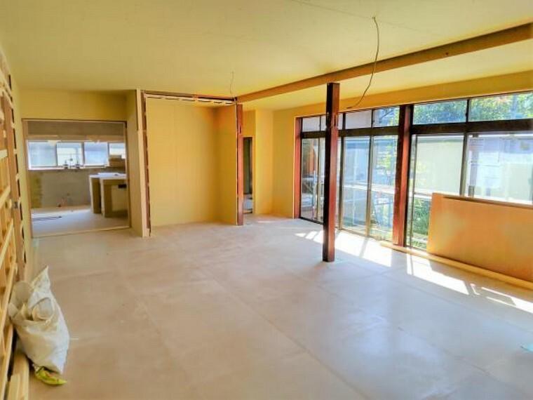 居間・リビング 【リフォーム中】和室の続き間を解体して、リビングに間取り変更します。天井と壁はクロスを張替え、床はフローリングで仕上げます。南側に大きな窓があるので、窓からの陽光が心地よく家族団欒にぴったりの空間です。