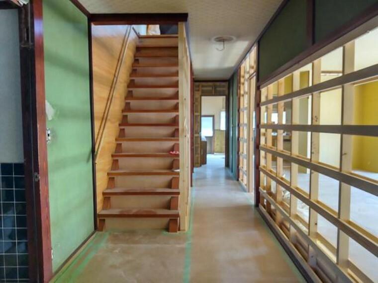 【リフォーム中】廊下は天井と壁のクロスの張替え、床はフローリングの重ね張りを行います。照明を増設し、明るい廊下に仕上げます。