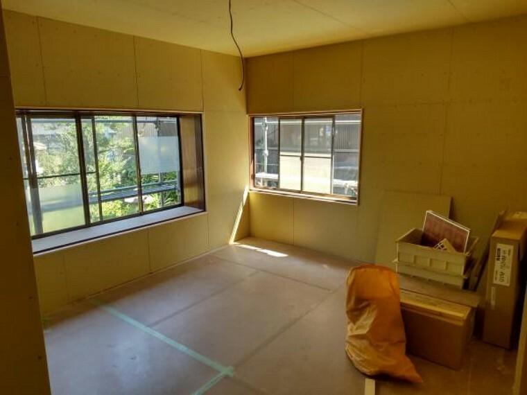 【リフォーム中】1階北側の和室10畳です。壁は大壁、床はフローリングで仕上げ、洋室に間取り変更します。クローゼットの新設も予定しております。北側のお部屋ではありますが、二面採光で光の入るお部屋です。