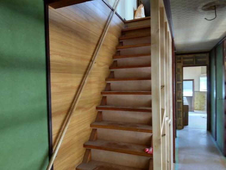 【リフォーム中】階段は箱型にしてクッションフロアで仕上げ、天井と壁はクロスの張替えを行います。