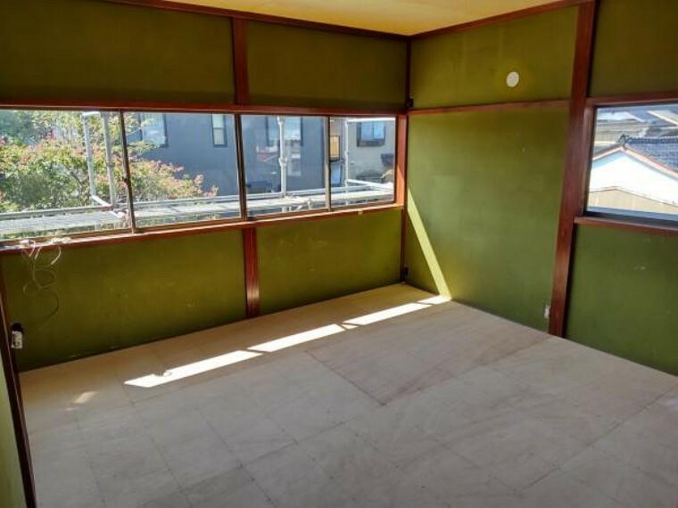 【リフォーム中】2階西側の和室8畳です。こちらは洋室に間取り変更して、天井と壁はクロスの張替え、床はクッションフロアで仕上げます。二面採光の明るく風通しの良いお部屋です。お子さんの勉強部屋やお父さんの書斎にピッタリですね。