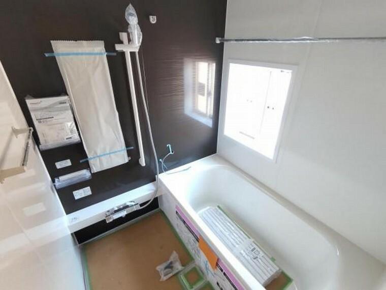 居間・リビング 【同仕様写真】浴室はHousetec製の新品のユニットバスに交換します。足を伸ばせる1坪サイズの広々とした浴槽で、1日の疲れをゆっくり癒すことができますよ。
