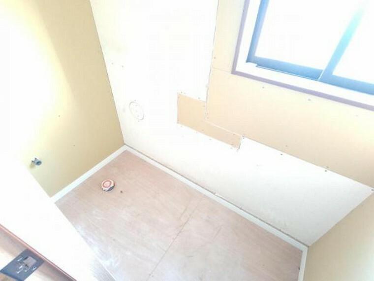 トイレ 【リフォーム中】トイレの様子です。新しいトイレを設置し扉も新設いたします。