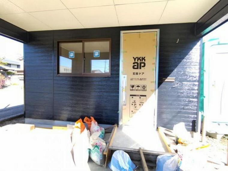 玄関 【リフォーム中】玄関の様子です。玄関戸と周りのサイディングが張り終わりました。家らしさが増してきましたね。