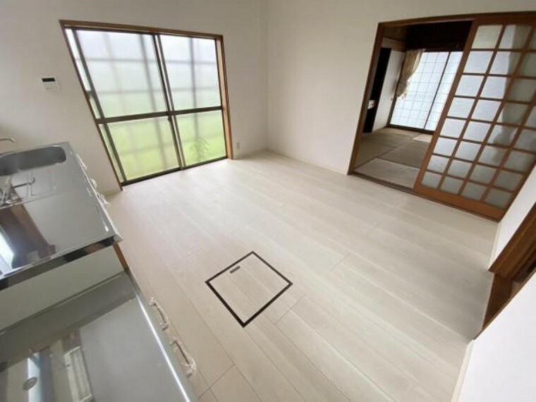 【リフォーム前】現況ダイニングです。キッチンを撤去しクロス張替え、フローリング重ね張り、収納新設を行い居室にします。北側のお部屋ではありますが、二面採光で光の入るお部屋です。