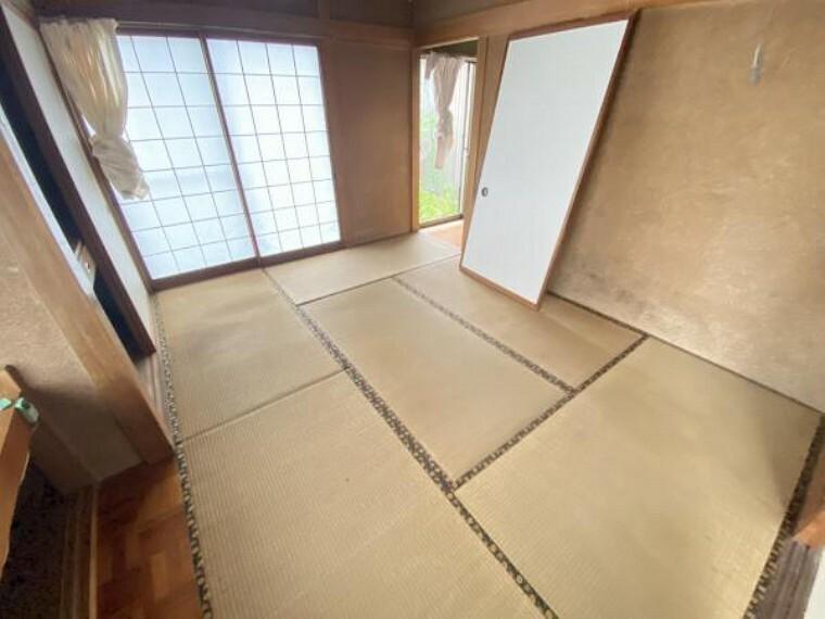 【リフォーム前】北側和室です。キッチンを設置し、ダイニングキッチンにします。収納部分の解体を行うのでおよそ8畳分のスペースがあります。キッチンのすぐ近くにダイニングテーブルが置けると家事も楽でいいですよね。