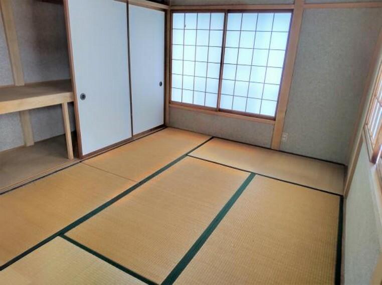【リフォーム前】2階和室です。壁はクロス、床はクッションフロアで仕上げて洋室にします。2面採光なので明るくて過ごしやすいお部屋になりますよ