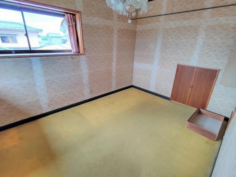 【リフォーム前】2階洋室です。壁はクロス、床はクッションフロアで仕上げます。南側の居室なので陽当たりもいいですよ。