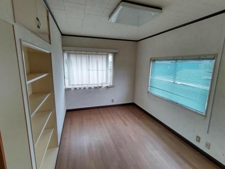 寝室 【リフォーム前】現在の洋室6.9帖の様子です。フローリング重ね張り、照明交換、クロス交換等を行います。床、クロスが変わると部屋の雰囲気が明るくなります。クローゼットを造設予定です。お子様のお部屋としていかがでしょうか。