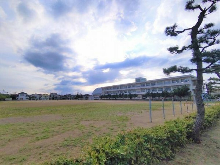 小学校 【周辺環境】新潟市立亀田西小学校まで約800m(徒歩10分)です。小学校が近いと登下校の心配も解消されそうですね。