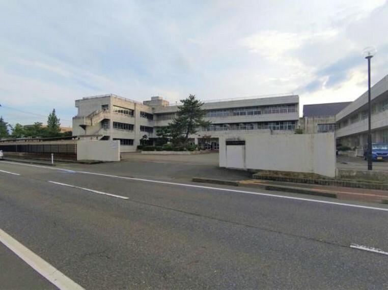 中学校 【周辺環境】新潟市立亀田西中学校まで約1km(徒歩13分)です。登下校に割く時間が短いと負担が少なく、勉強や部活がはかどりそうですね。