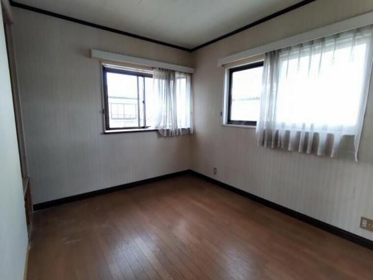 寝室 【リフォーム中8/22撮影】2階の洋室です。フローリングを張替、壁・天井クロス張替、照明交換を行います。全居室にクローゼットを設置するので、収納には困らないでしょう。