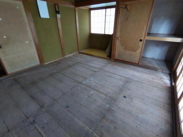 居間・リビング 【リフォーム中:8/20撮影】現在和室ですが、フローリングを張替え、洋風のリビングに生まれ変わります。押入はクローゼットにリフォームし、その隣にはデスクを造作してスタディースペースとしても利用できます。