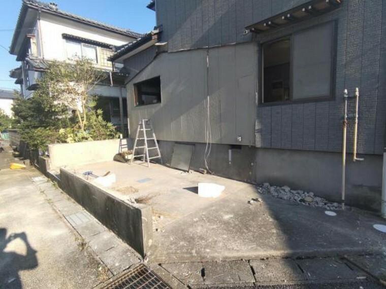 外観写真 【リフォーム中8月26日撮影】外観写真です。駐車場拡張工事を行い、車庫1台・カースペース2台計3台駐車可能です。