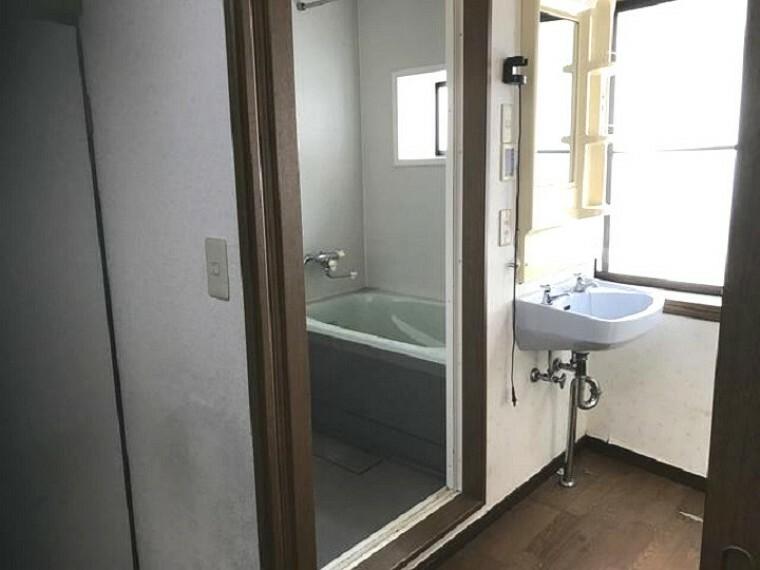浴室 室内明るく、ゆったり快適に過ごせます。