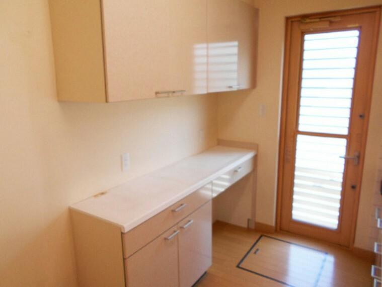 収納 システムキッチン後ろには後片付けも楽々な食器棚もあります。