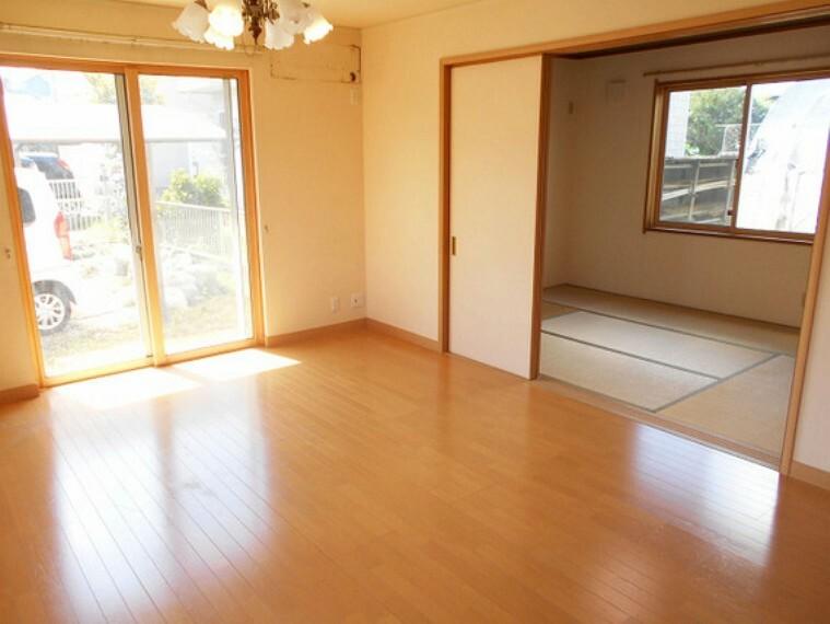 居間・リビング リビング横に設けられた和室。お子様のプレイルームやお客様のお部屋として多用途でお使い頂けます!