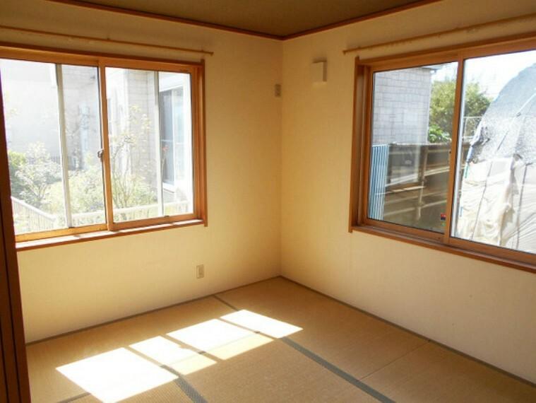 2面採光の明るい和室。休日のお昼寝タイムにピッタリホッと一息つける安らぎのスペースです。日本人ならやっぱり和室ですよね!