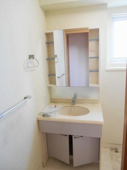 洗面化粧台 ゆとりの洗面スペースで朝の身支度もスムーズに!