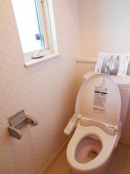 トイレ 1階トイレ。換気出来るよう、窓も完備。いつも清潔な空間であって頂けるよう配慮されています。