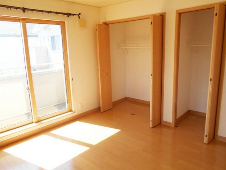 主寝室8畳。2面採光の明るいお部屋。バルコニーつきで晴れた日にはたくさんのお洗濯物もよく乾きそうですね。