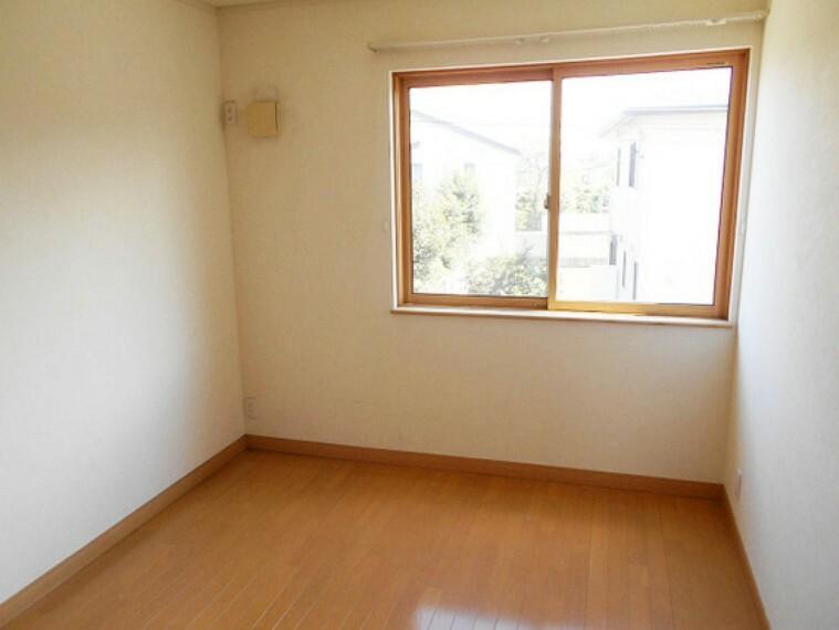 2階洋室5.25畳。収納スペース付きで広々住空間。