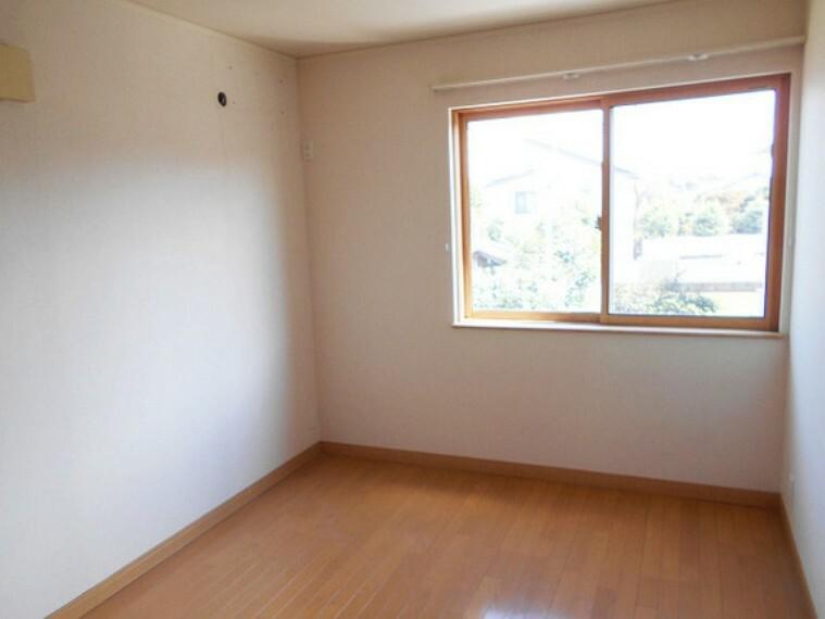 2階洋室6畳。採光と室内のバランスが絶妙です。