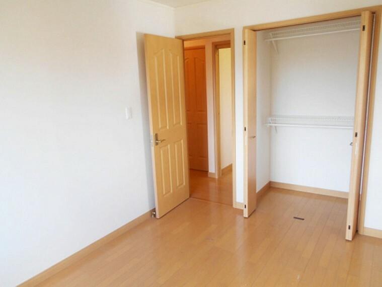 収納 各居室にはクローゼットを完備し、家具の配置にも困らない設計がされております。